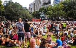 人们在海德公园享受音乐 免版税库存图片