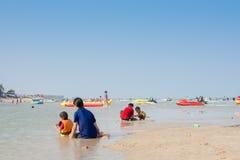 人们在海滩放松, 库存图片