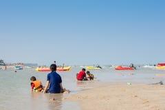人们在海滩放松 免版税图库摄影