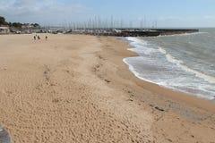 人们在海滩走在Pornic (法国) 免版税库存照片
