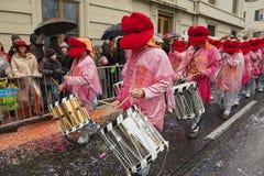 人们在游行参与在巴塞尔狂欢节在巴塞尔,瑞士 库存图片