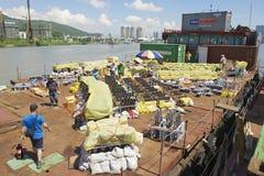 人们在澳门,中国设置了烟花比赛的烟火的设备 库存照片