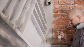 年轻人绘在照片演播室墙壁上的金属机架  股票视频