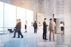 人们在电梯大厅里,被定调子 免版税库存照片