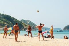 人们在白色沙子海滩放松 免版税库存图片
