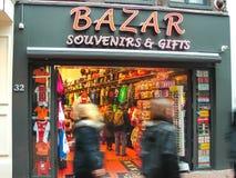 人们在礼品店在阿姆斯特丹。荷兰 库存照片