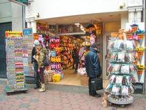 人们在礼品店在阿姆斯特丹。荷兰 免版税图库摄影