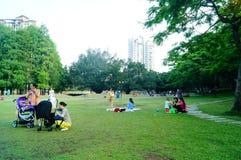 人们在空闲场所草坪,中国 免版税库存图片