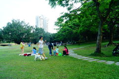 人们在空闲场所草坪,中国 库存图片