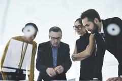 人们在站立在办公室的工作分享创造性的想法的工作 免版税库存照片