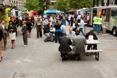 人们在繁忙的亚特兰大食物卡车公园吃午餐 免版税库存照片