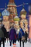 人们在红场滑冰近到圣徒蓬蒿大教堂 库存图片