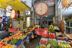 人们在罗希姆诺,克利特卖新鲜水果 免版税库存照片