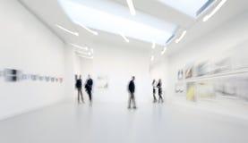 人们在美术画廊中心 库存图片