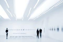 人们在美术画廊中心 免版税库存图片