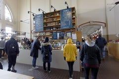 人们在老市场霍尔上在赫尔辛基,芬兰 免版税库存图片