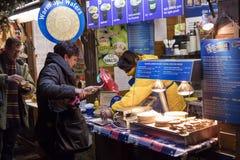 人们在老镇中心的传统圣诞节市场上在布拉格,捷克共和国 图库摄影