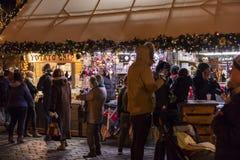 人们在老镇中心的传统圣诞节市场上在布拉格,捷克共和国 免版税库存照片