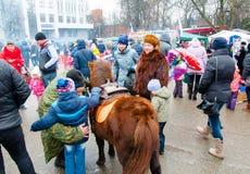 人们在莫斯科庆祝称Maslenitsa的传统俄国假日 免版税库存图片