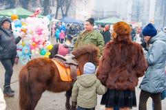 人们在莫斯科庆祝称Maslenitsa的传统俄国假日 库存照片