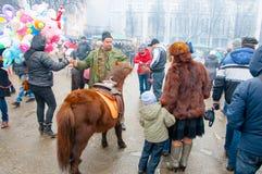 人们在莫斯科庆祝称Maslenitsa的传统俄国假日 免版税库存照片