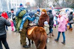 人们在莫斯科庆祝称Maslenitsa的传统俄国假日 免版税图库摄影