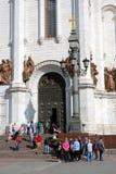 人们在莫斯科进入并且把基督救世主教会留在 库存照片