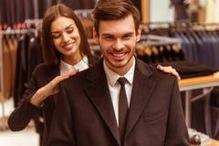 人们在衣服商店 免版税库存照片