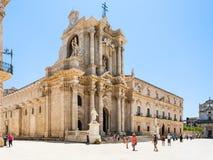 人们在西勒鸠斯临近广场中央寺院的大教堂 免版税库存照片