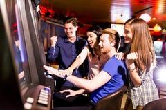 人们在赌博娱乐场 免版税库存照片