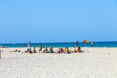 人们在迈阿密享用南海滩 库存图片