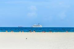 人们在迈阿密享用南海滩 免版税图库摄影