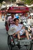 人们在采取出租机动三轮车乘驾的区域在河内,越南 库存照片