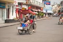 人们在采取出租机动三轮车乘驾的区域在河内,越南 库存图片