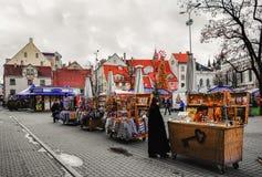 人们在里加Livu广场的圣诞节市场上  图库摄影