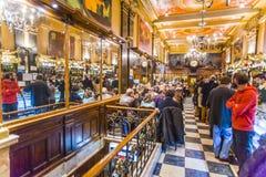 人们在里斯本享用咖啡馆Brasileira 免版税库存照片
