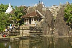 人们在阿努拉德普勒,斯里兰卡送进Isurumuniya岩石寺庙 免版税图库摄影