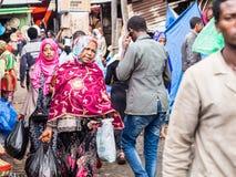 人们在阿迪斯Mercato在塔的斯亚贝巴,埃塞俄比亚,最大的ma 免版税库存图片