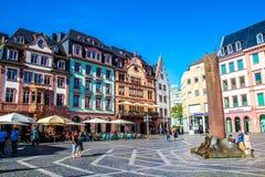 人们在集市广场,在老镇美因法,德国 库存照片