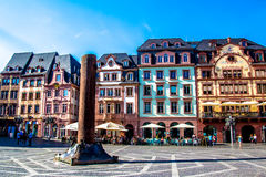人们在集市广场,在老镇美因法,德国 图库摄影