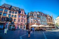 人们在集市广场,在老镇美因法,德国 免版税库存照片