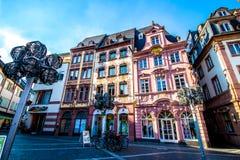 人们在集市广场,在老镇美因法,德国 免版税图库摄影