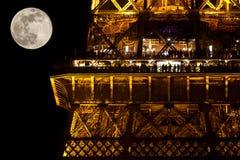 人们在餐馆在埃佛尔铁塔在月光 图库摄影