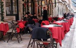 人们在餐馆坐杜布罗夫尼克老镇  库存照片