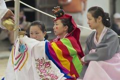 人们在龙仁,韩国展示传统韩国婚礼 免版税图库摄影