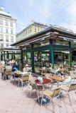 人们在维也纳享用Naschmarket 免版税库存照片