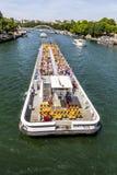 人们在巴黎享受在河塞纳河的小船旅行 图库摄影