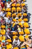 人们在巴黎享受在河塞纳河的小船旅行 库存图片