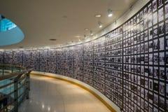 人们在画廊博物馆,抽象迷离观看照片或图象 免版税库存图片