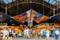 人们在巴塞罗那市场上 库存图片